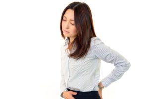 腰痛に苦しむオフィスレディー